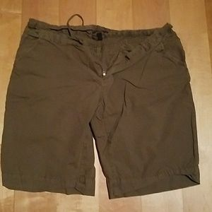 Green cargo GAP shorts